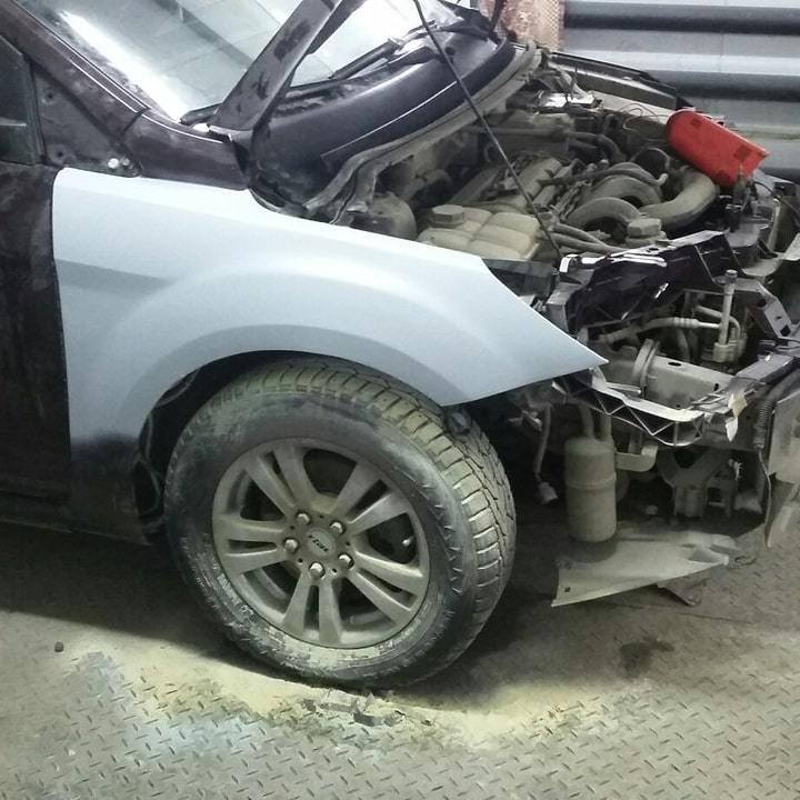 Фото Ford в процессе замены крыла авто