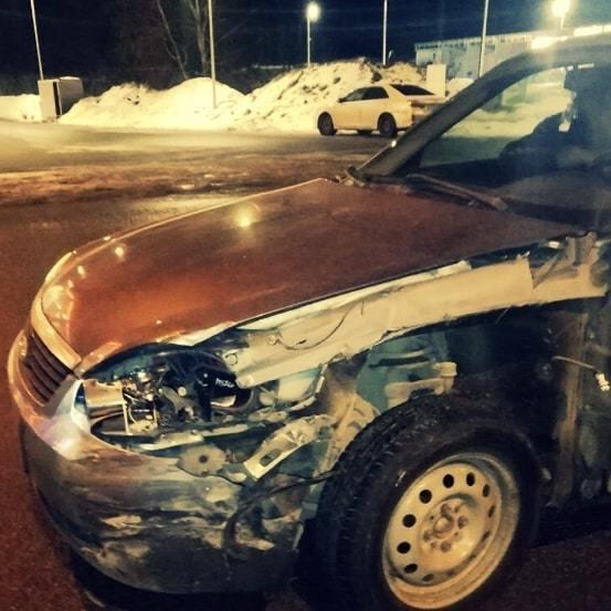 Фото Lada с повреждениями крыла, капота и бампера