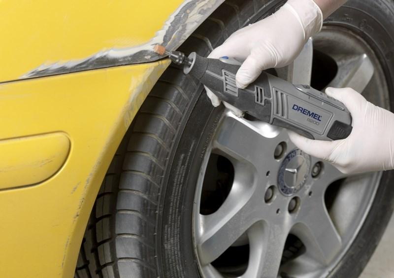 Фото процесса механического удаления ржавчины с авто