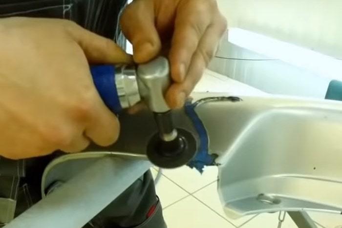 Фото процесса полировки пластикового бампера после пайки